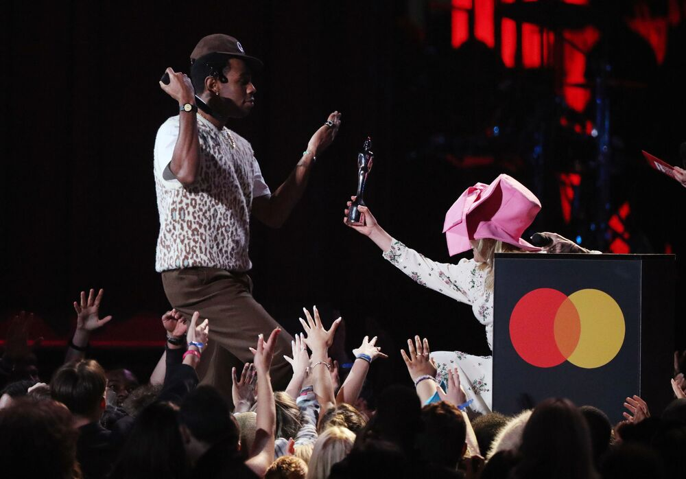 Kiefer Sutherland a Paloma Faithová udělují americkému rapperovi Tylerovi cenu Brit Awards 2020 v Londýně