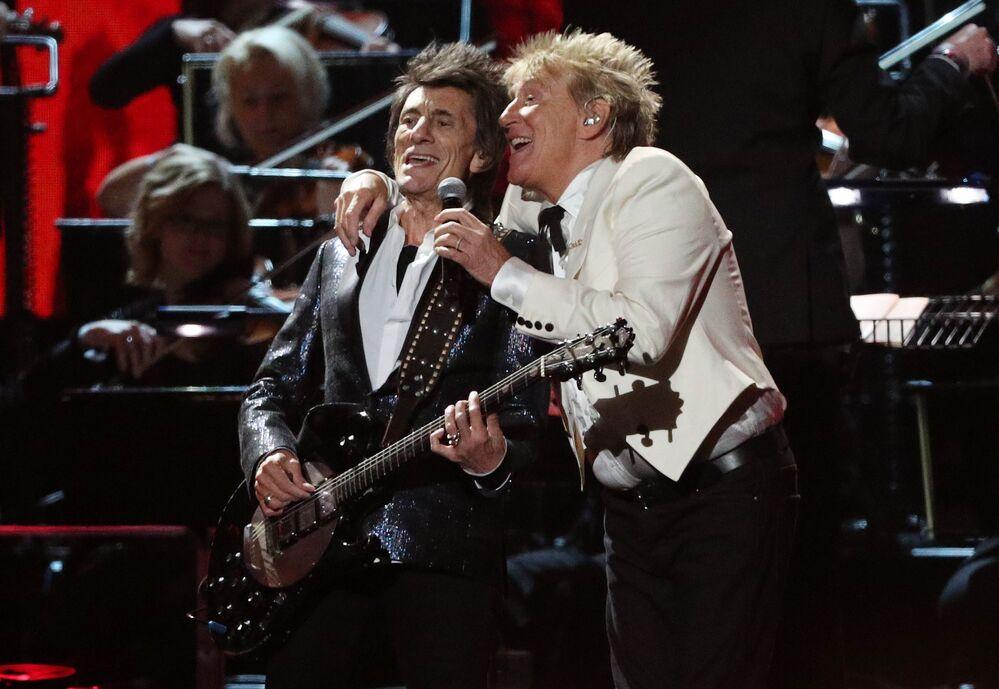 Hudebníci Rod Stewart a Ronnie Wood vystupují na Brit Awards 2020 v Londýně