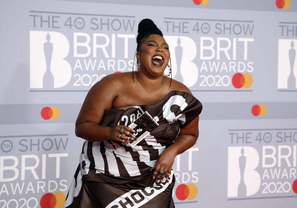 Zpěvačka Lizzo na červeném koberci 2020 Brit Awards v Londýně