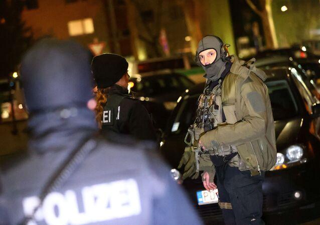 Němečtí policisté v Hanau po útoku neznámého pachatele. Zemřelo devět osob