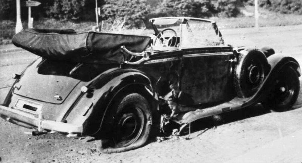 Poškozený vůz Mercedes-Benz W142 Reinharda Heydricha na místě činu, 1942