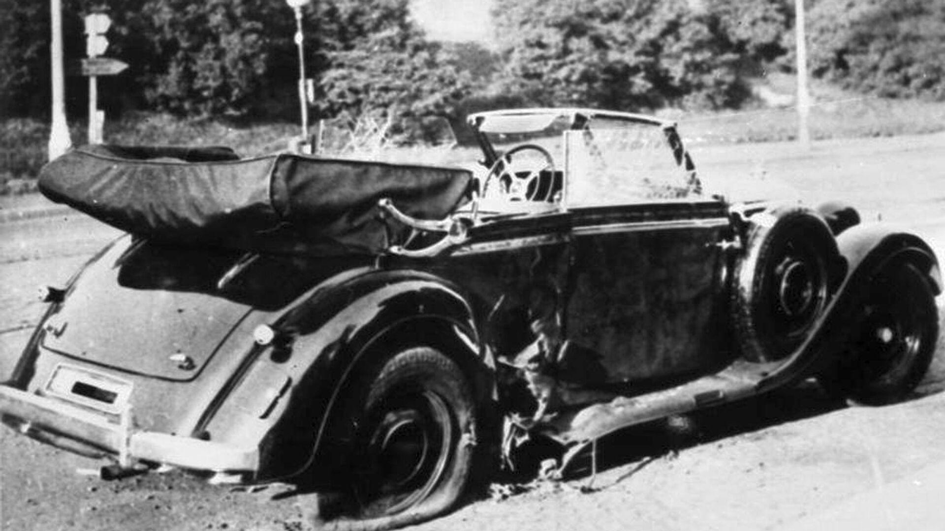 Poškozený vůz Mercedes-Benz W142 Reinharda Heydricha na místě činu, 1942 - Sputnik Česká republika, 1920, 27.05.2021