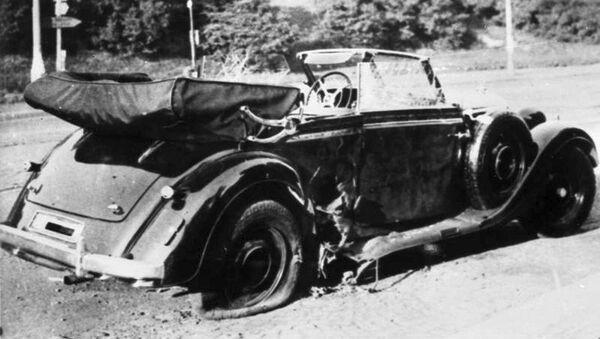 Poškozený vůz Mercedes-Benz W142 Reinharda Heydricha na místě činu, 1942 - Sputnik Česká republika