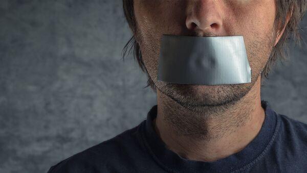 Muž s lepící páskou přes ústa - Sputnik Česká republika