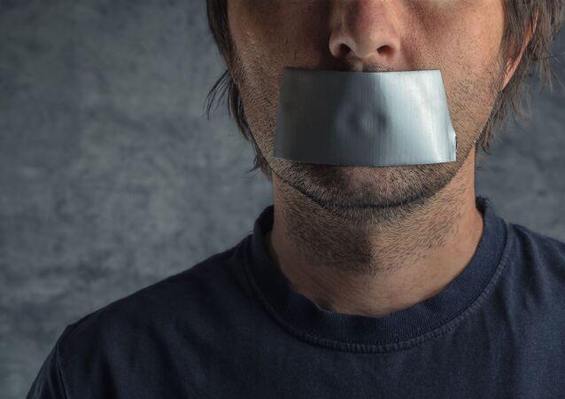 Muž s lepící páskou přes ústa