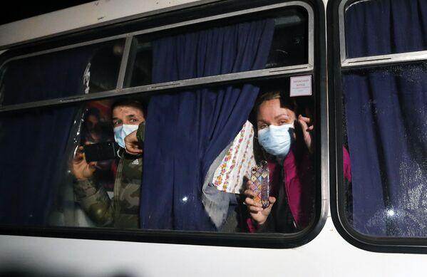 Vyděšení lidé z Wu-Chanu, které do obce dopravily autobusy. - Sputnik Česká republika