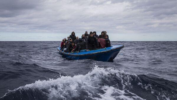 Uprchlíci z Maroka a Bangladéše v dřevěné lodi ve Středozemním moři - Sputnik Česká republika