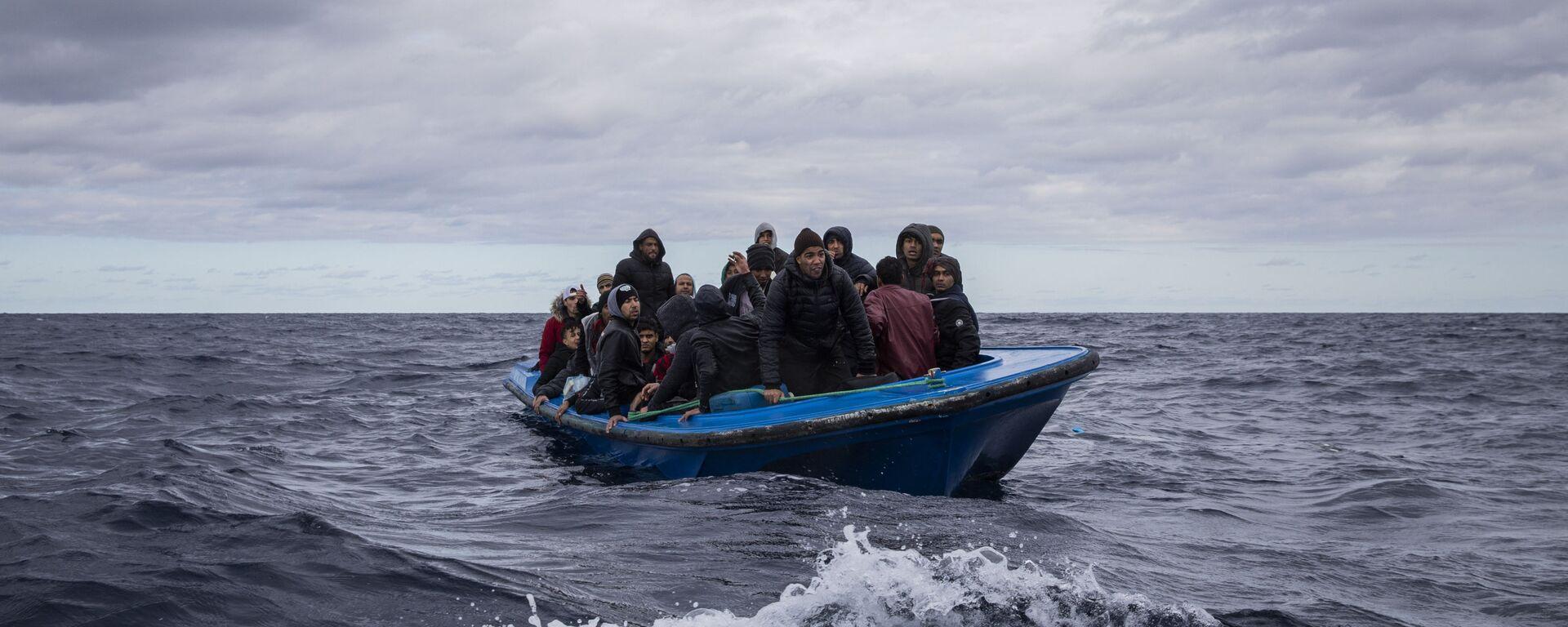 Uprchlíci z Maroka a Bangladéše v dřevěné lodi ve Středozemním moři - Sputnik Česká republika, 1920, 27.05.2021