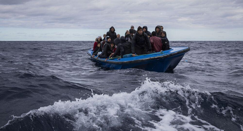 Uprchlíci z Maroka a Bangladéše v dřevěné lodi ve Středozemním moři