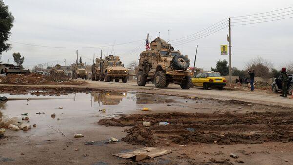 Americký vojenský konvoj na okraji severního syrského města El Kamyshly - Sputnik Česká republika