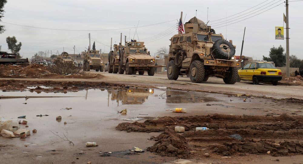 Americký vojenský konvoj na okraji severního syrského města El Kamyshly