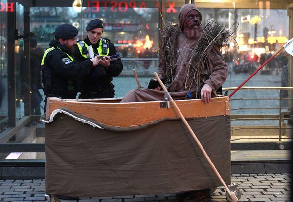 Policisté a protestující během demonstrace za zlepšení klimatu během karnevalového pochodu Geisterzug v Kolíně. - Sputnik Česká republika