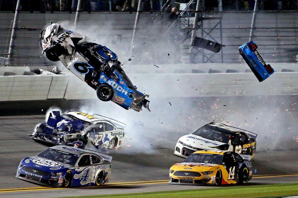 Nehoda pilota NASCAR Ryana Newmana během závodu Daytona 500.