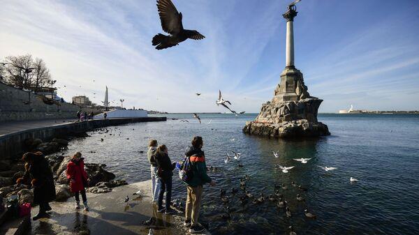 На набережной в Севастополе у памятника Затопленным кораблям - Sputnik Česká republika