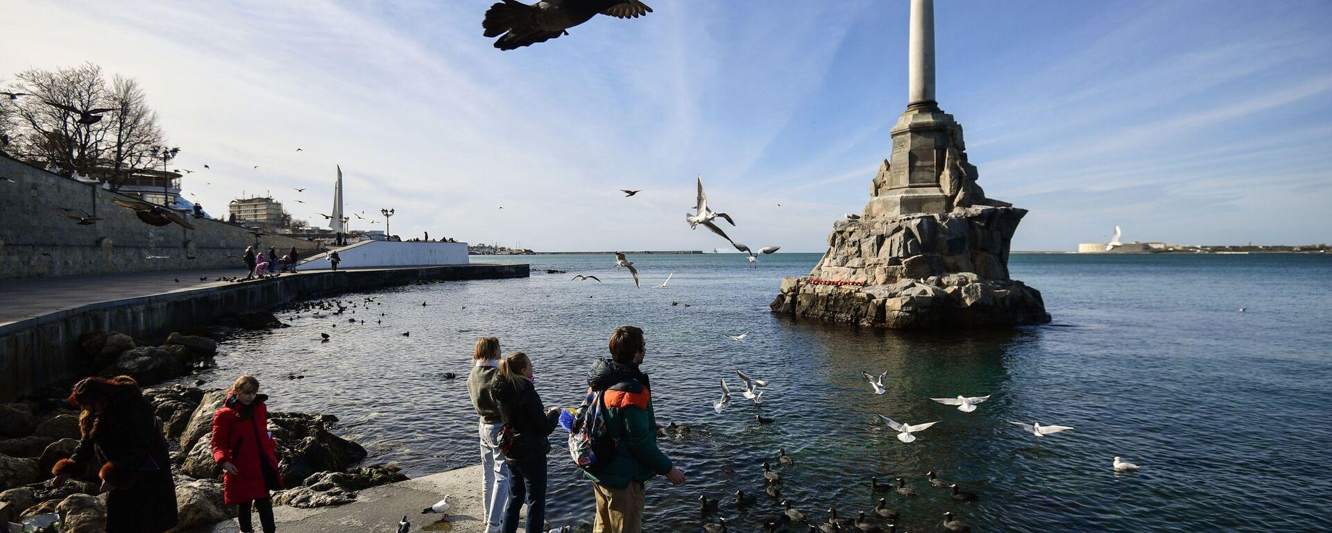 На набережной в Севастополе у памятника Затопленным кораблям - Sputnik Česká republika, 1920, 08.05.2021
