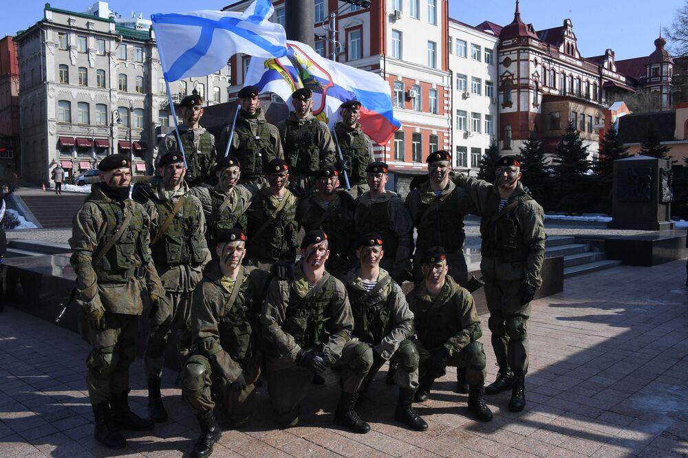 Výsadkáři slaví Den obránce vlasti ve Vladivostoku.