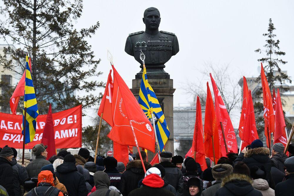 Demonstrace Komunistické strany Ruské federace při příležitosti oslav 102. výročí založení Dělnicko-rolnické Rudé armády v Novosibirsku.