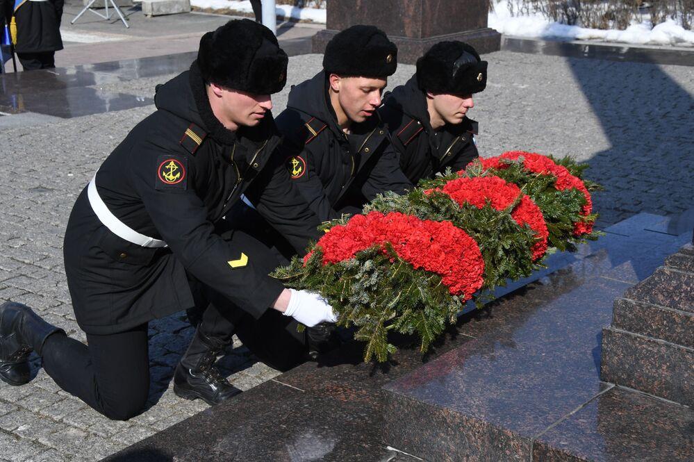 Kladení věnců ve Vladivostoku.
