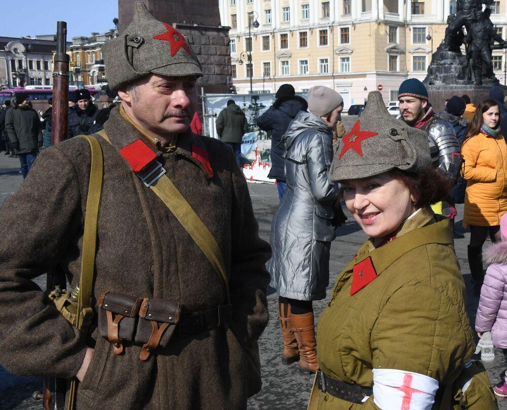Výsadkáři ukazují své triky na jedné z akcí uspořádané při příležitosti oslav Dne obránce vlasti ve Vladivostoku.