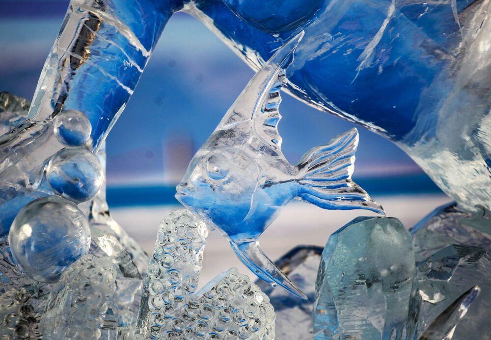 Ledová figurína představená na Mezinárodní soutěži ledových soch v rámci festivalu Olkhon Ice Fest u jezera Bajkal v Irkutské oblasti, Rusko