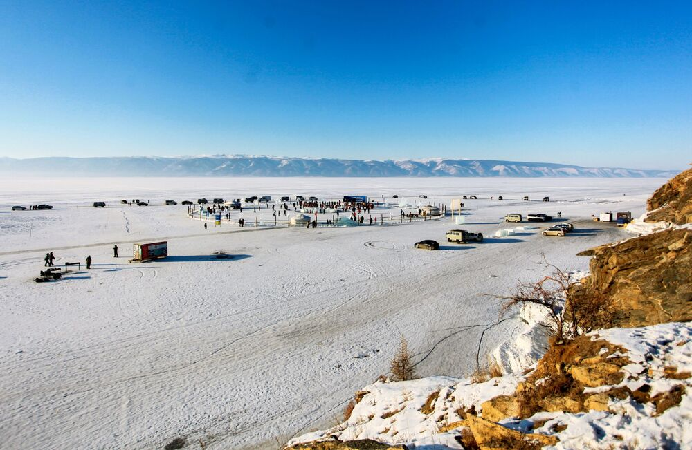 Pohled na místo konání festivalu Olkhon Ice Fest u jezera Bajkal v Irkutské oblasti, Rusko