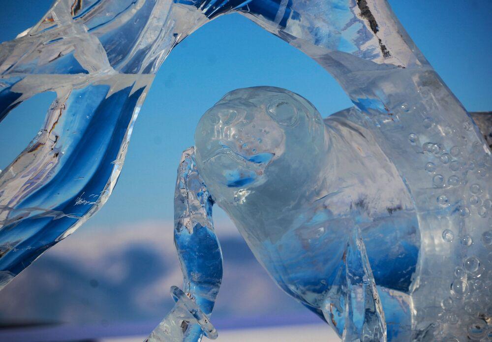 Část ledové figuríny, která byla představená na Mezinárodní soutěži ledových soch v rámci festivalu Olkhon Ice Fest u jezera Bajkal v Irkutské oblasti, Rusko