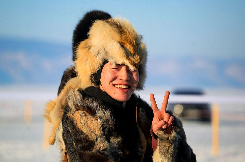 Muž v národním kroji na festivalu Olkhon Ice Fest u jezera Bajkal v Irkutské oblasti, Rusko