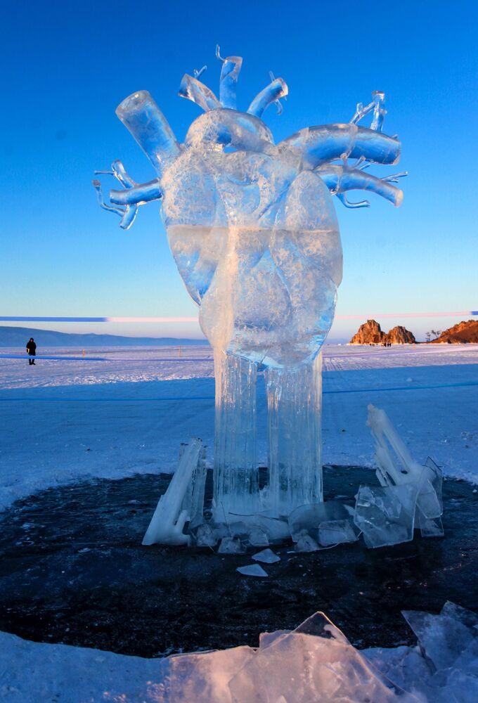 Ledová figurína ve formě lidského srdce představená na Mezinárodní soutěži ledových soch v rámci festivalu Olkhon Ice Fest u jezera Bajkal v Irkutské oblasti, Rusko