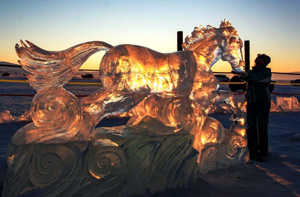 Ledová figurína ve formě koně představená na Mezinárodní soutěži ledových soch v rámci festivalu Olkhon Ice Fest u jezera Bajkal v Irkutské oblasti, Rusko