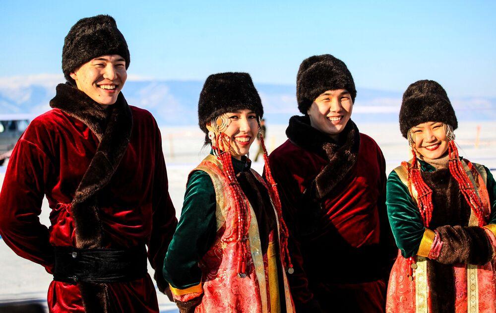 Umělci v národních krojích během festivalu Olkhon Ice Fest u jezera Bajkal v Irkutské oblasti, Rusko