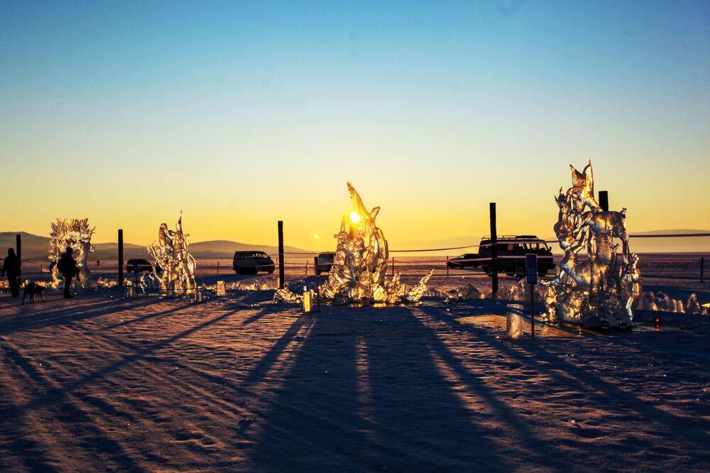 Ledové figuríny představené na Mezinárodní soutěži ledových soch v rámci festivalu Olkhon Ice Fest u jezera Bajkal v Irkutské oblasti, Rusko