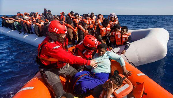 Španělská organizace Maydayterraneo zachraňuje migranty ve Středozemním moři u pobřeží Libye - Sputnik Česká republika