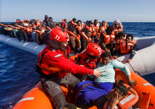 Španělská organizace Maydayterraneo zachraňuje migranty ve Středozemním moři u pobřeží Libye