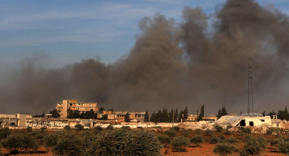 Kouř po tureckém ostřelování území mezi Idlibem a Qaminasem