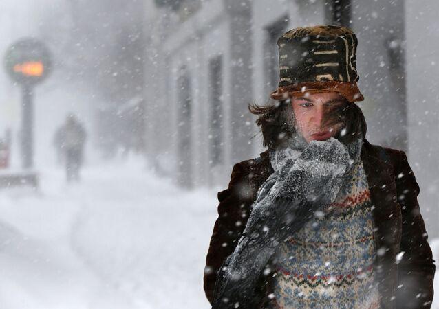 Muž během sněhové bouře. Illustrační foto