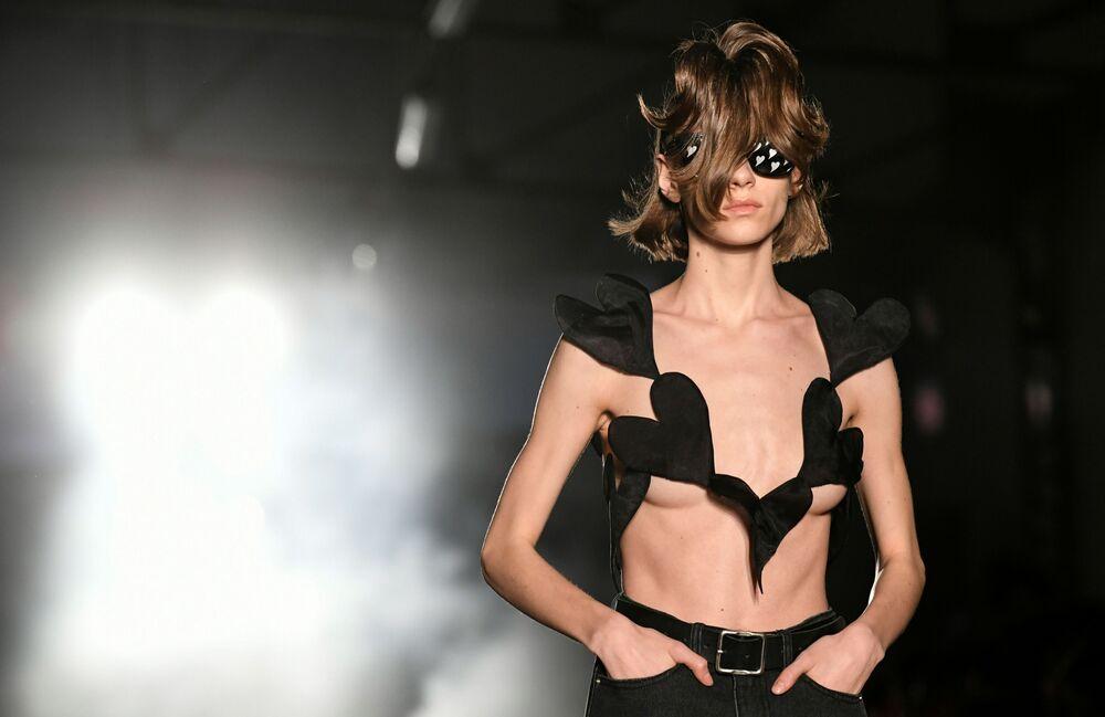 Modelka v šatech návrháře Kiminte Kimhekima na pařížském týdnu módy