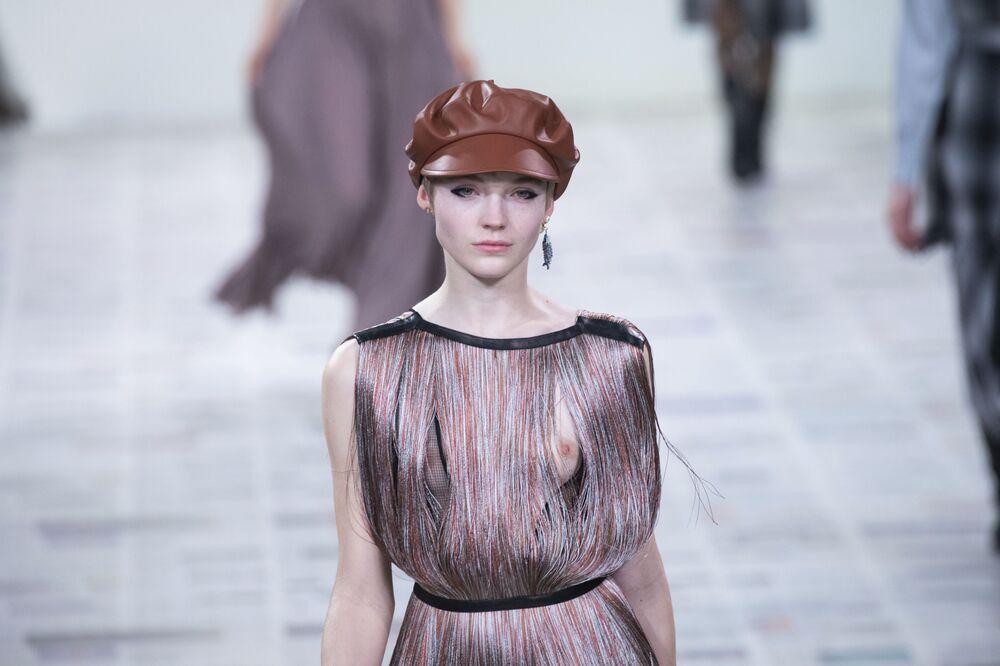 Modelka v šatech módního domu Dior na pařížském týdnu módy