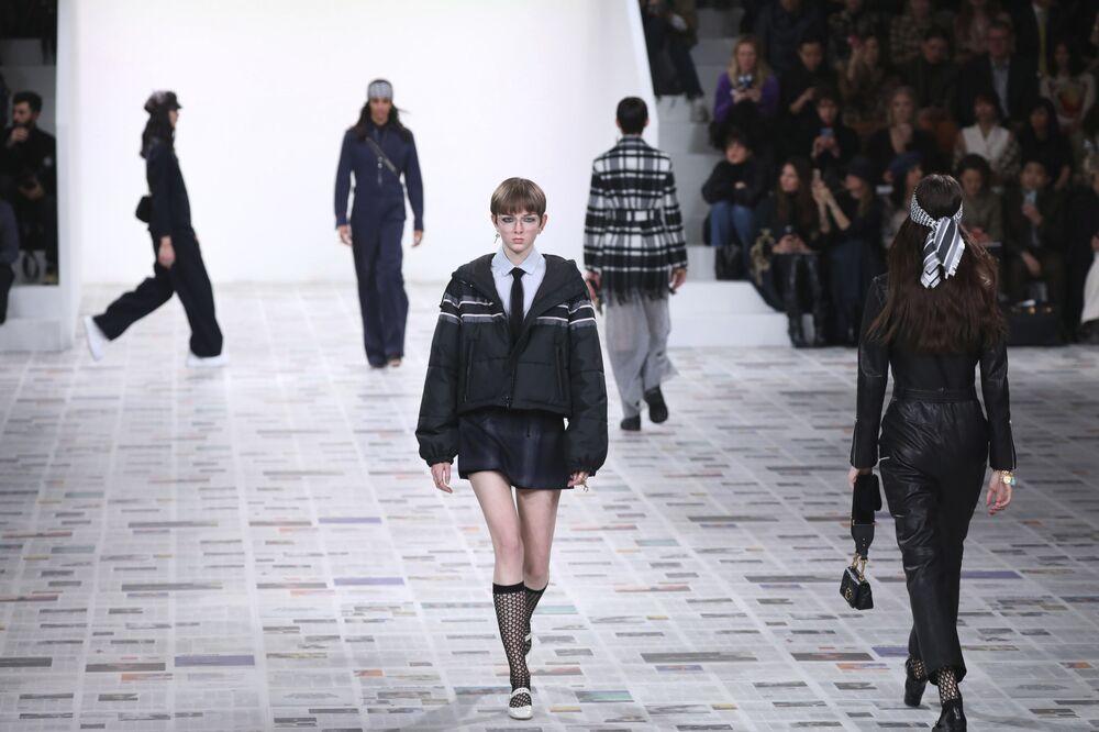 Modelky módního domu Dior na pařížském týdnu módy
