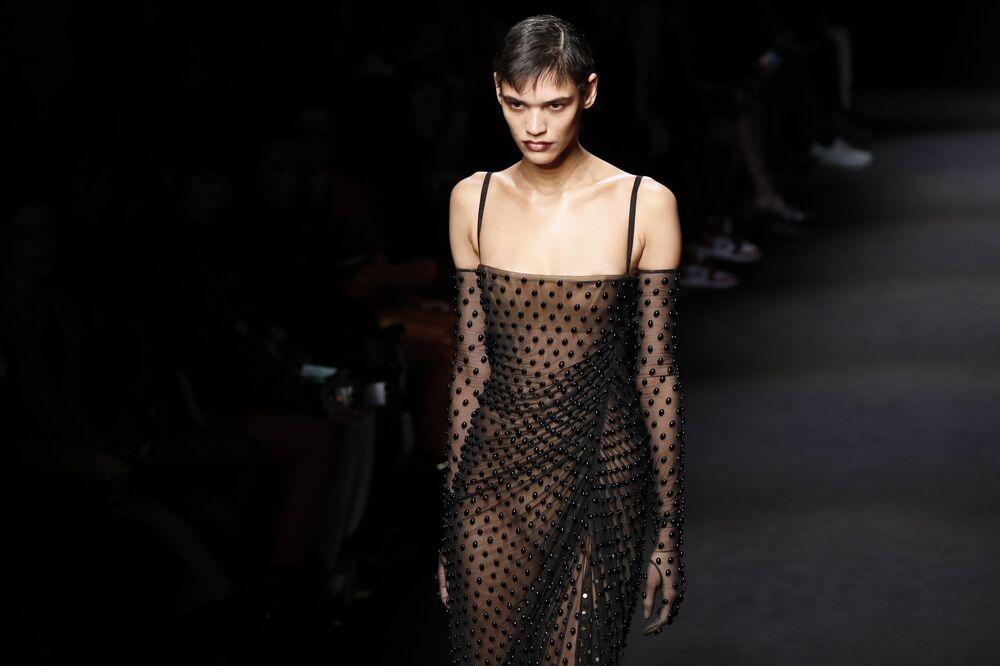 Modelka v průhledných šatech Mugler na pařížském týdnu módy