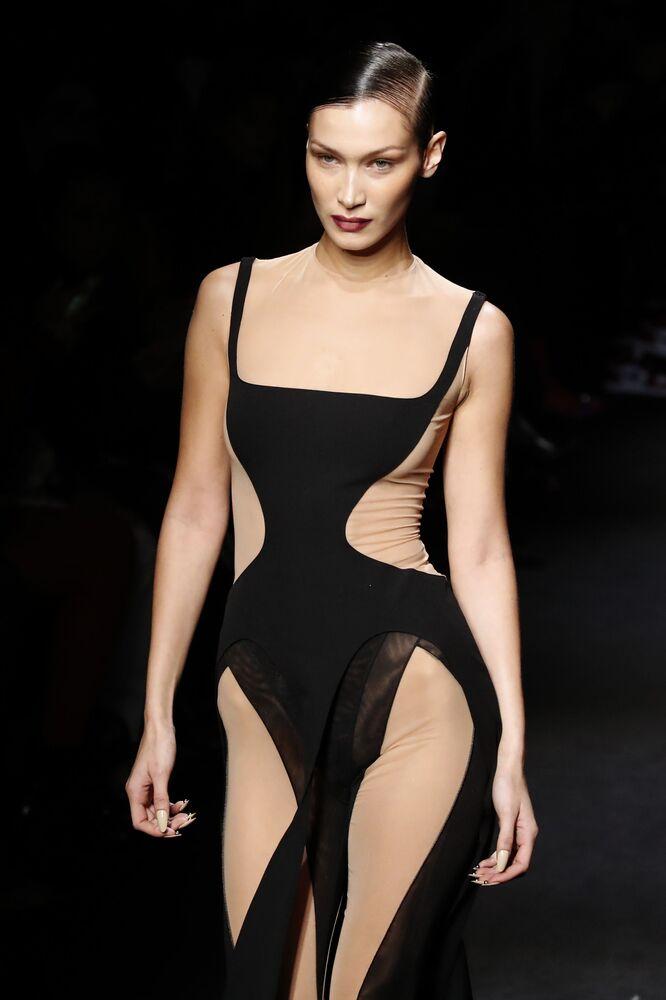 Bella Hadid v šatech Mugler na pařížském týdnu módy