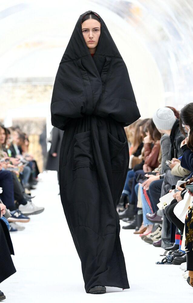Modelka v šatech z kolekce designéra Felipeho Oliveira Baptisty na pařížském týdnu módy