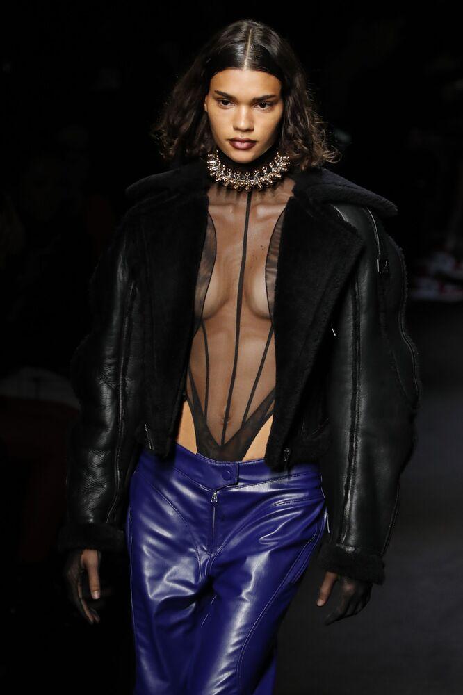 Modelka v šatech Mugler na pařížském týdnu módy