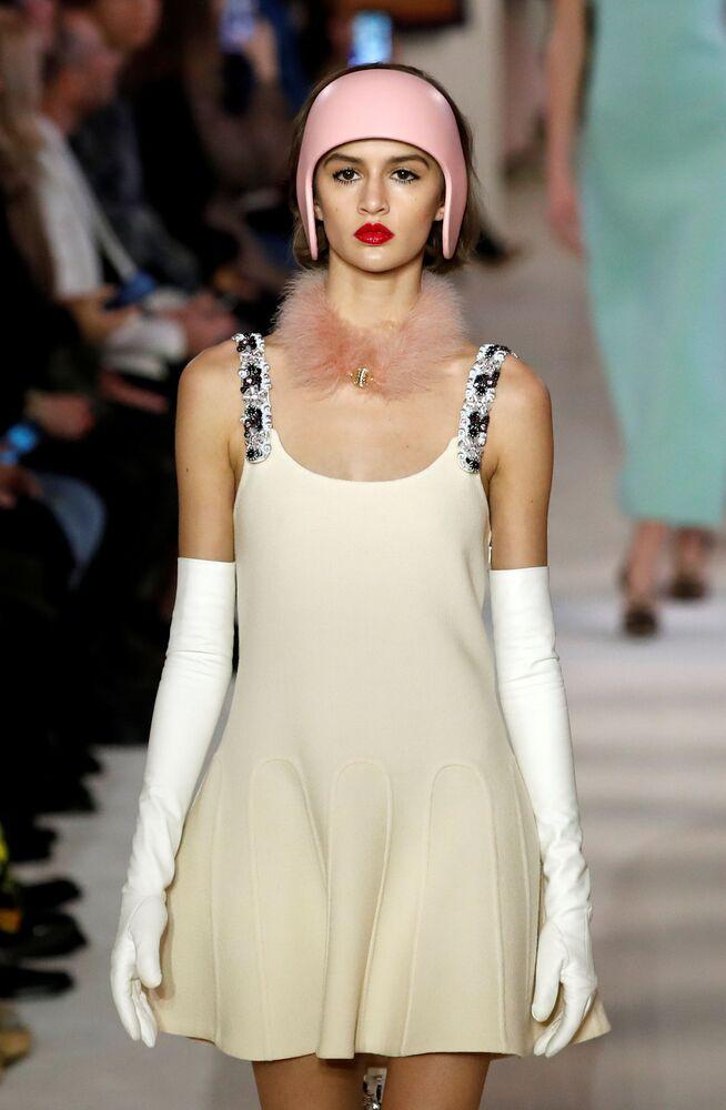 Modelka v šatech Bruna Sialelliho na Fashion Weeku v Paříži