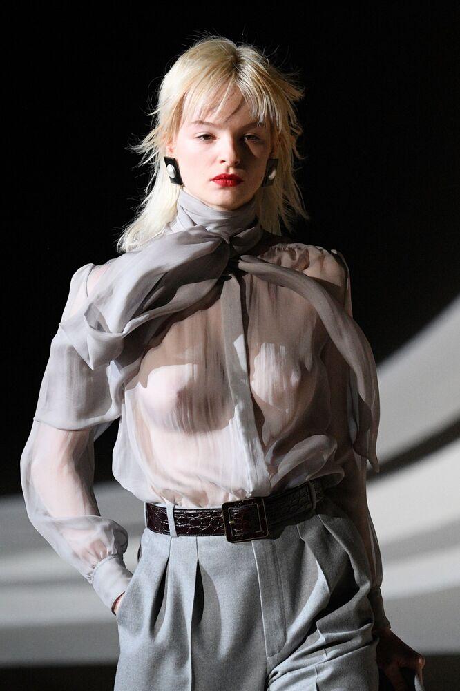 Modelka v šatech z kolekce Yves Saint Laurent na pařížském týdnu módy