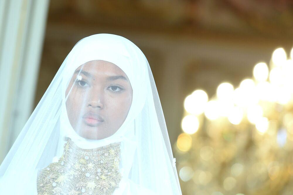Modelka v šatech Firdaws na Fashion Weeku v Paříži