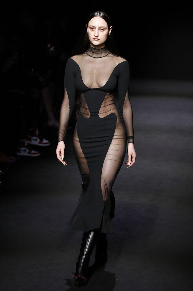 Modelka v šatech z kolekce doma Mugler na pařížském týdnu módy
