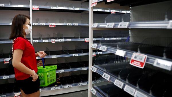 Zákazníce v lékařské masce v singapurském supermarketu - Sputnik Česká republika