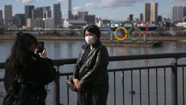 Turisté v ochranných maskách v Tokiu - Sputnik Česká republika