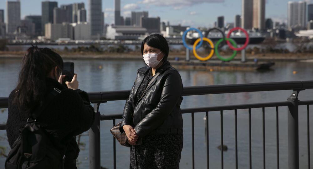 Turisté v ochranných maskách v Tokiu