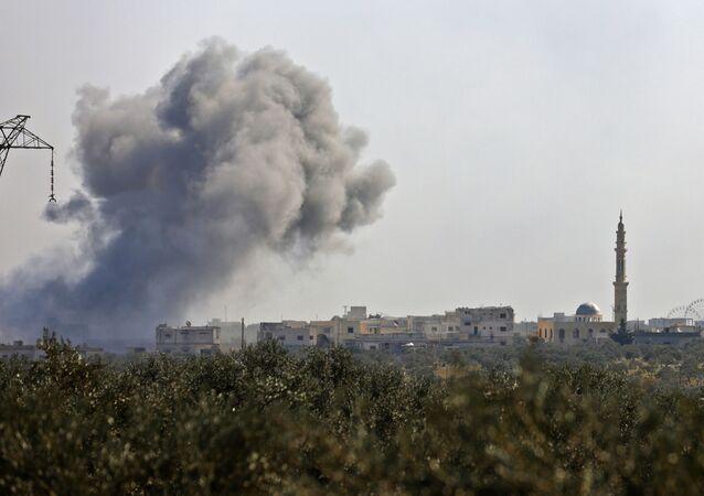 Dým po odražení útoku teroristů o obce Nayrab západně od Idlibu